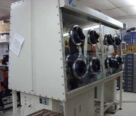 Dual-sided high-purity glove box equipped with 8 pairs of gloves.