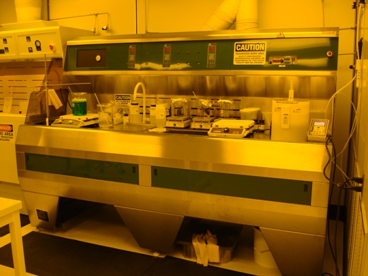 The 8 foot solvent bench is dedicated to photoresist application and processing.